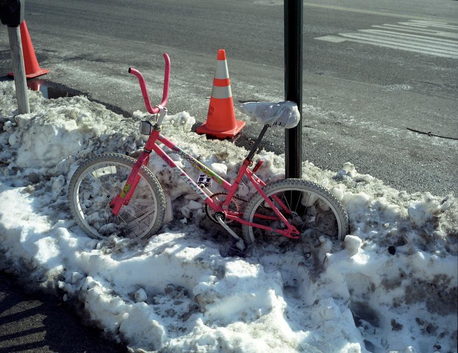 pink-bmx-in-snow
